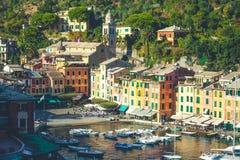Portofino in Italië, overzees en kust Kleurrijke gebouwen en toeristen Stock Foto's