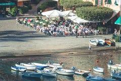 Portofino in Italië Toeristen en overzeese kust met boten Royalty-vrije Stock Afbeeldingen