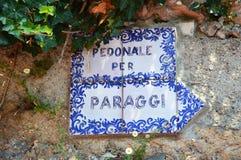 PORTOFINO, ITALIA - 13 DE JUNIO DE 2017: muestra de cerámica Pedonale por Paraggi, el rastro que camina en el acantilado de Porto Fotografía de archivo