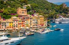PORTOFINO, ITALIA - julio de 2015 - una vista de la ciudad del nearb Foto de archivo libre de regalías
