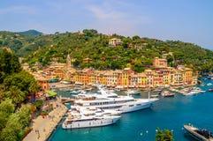 Portofino, Italia y es puerto con los yates, en un día de verano caliente Imagenes de archivo