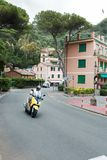 Portofino, Italie, le 19 juillet 2017 : Homme sur le scooter venant du coin Image libre de droits