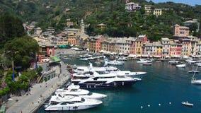 Portofino Italien - Juni 13, 2017: panoramautsikt av den Portofino fjärden med yachter, Italien arkivfilmer