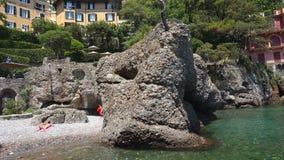 Portofino Italien - Juni 13, 2017: panoramautsikt på den härliga italienska fjärden av Portofino, Italien arkivfilmer