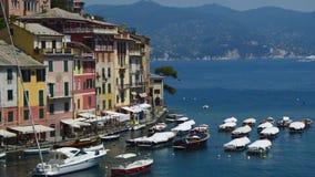 Portofino Italien - Juni 13, 2017: sikt av färgrika hus och hamnen med yachter i Portofino, Liguria, Italien lager videofilmer