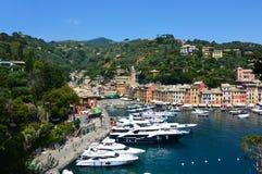 PORTOFINO ITALIEN - JUNI 13, 2017: spektakulär panorama av den Portofino staden med dess hamn med yachter och fartyg, Portofino,  Arkivbild