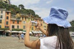Portofino, kobieta fotografuje z telefonem komórkowym zdjęcie stock
