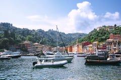 Portofino, Ligurië, Italië: 09 augustus 2018 Beste toeristische Mediterrane plaats met kleurrijk huizen, vissersboten en luxejach stock foto