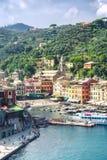 Portofino, Liguri?, Itali?: 09 augustus 2018 Portofinolandschap, toeristische Mediterrane plaats met kleurrijke huizen, schildera stock fotografie
