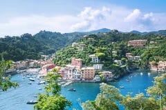 Portofinolandschap, mening vanaf bovenkant aan boten op water, kleurrijke huizen en villa's, hellingen van de bergen in Portofino royalty-vrije stock afbeelding