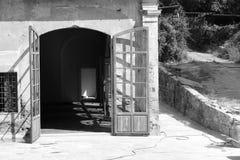 Portone ad una vecchia casa Fotografie Stock Libere da Diritti