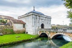 Portone alla vecchia città di Treviso fotografia stock