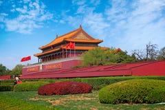 Portone anteriore del museo del palazzo, conosciuto anche come la Città proibita, in piazza Tiananmen in un giorno di estate con  immagini stock libere da diritti