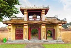 Portone antico in cittadella di Hue Imperial City fotografia stock libera da diritti