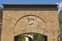 Portone antico con un bassorilievo del cavaliere a Firenze Immagini Stock