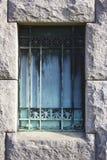 Portone arrugginito della cripta del cimitero fotografie stock libere da diritti