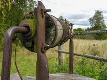 Portone arrugginito di vecchio pozzo Fotografia Stock Libera da Diritti