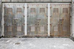 Portone bloccato del metallo tre immagini stock libere da diritti