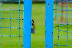 Portone blu aperto con la serratura a chiave Fotografia Stock