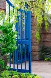 Portone blu nel giardino fotografie stock libere da diritti