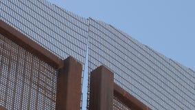 Portone che si chiude sulla frontiera fra gli Stati Uniti ed il Messico archivi video