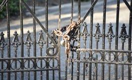 Portone chiuso a chiave con una catena e un lucchetto fotografie stock libere da diritti