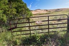 Portone con il segno della traccia del fuoco a fare un'escursione percorso Fotografia Stock