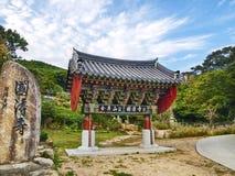 Portone coreano tradizionale con la grande pietra in giardino immagine stock libera da diritti