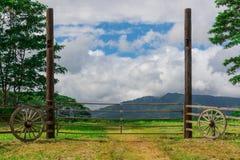 Portone d'annata al campo con le montagne nella distanza Immagini Stock