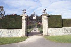 Portone decorato del ferro battuto del giardino del castello di Powis in Inghilterra Fotografia Stock
