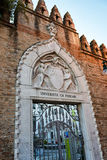 Portone decorato dell'entrata all'università di Venezia Fotografia Stock