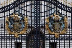 Portone del Buckingham Palace con la stemma immagini stock