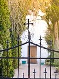 Portone del cimitero immagine stock