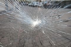 Portone del condominio di vetro rotto fotografia stock