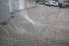 Portone del condominio di vetro rotto immagine stock