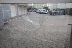 Portone del condominio di vetro rotto fotografie stock libere da diritti