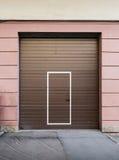 Portone del garage del metallo di Brown con la porta Immagini Stock Libere da Diritti