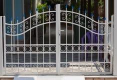 Portone del metallo della casa privata immagini stock libere da diritti
