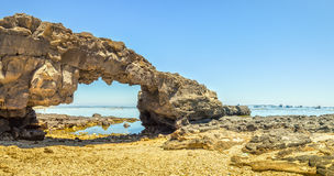 Portone del percorso bello alle rocce vulcaniche del mare Immagini Stock