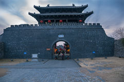 Portone del ` s Dongmen di Yangzhou intorno a crepuscolo Fotografia Stock