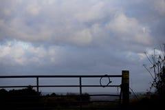 Portone dell'azienda agricola della siluetta fotografie stock libere da diritti