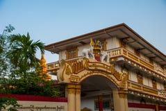 Portone dell'entrata al tempio Figurine degli elefanti Mawlamyine myanmar burma fotografie stock