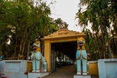 Portone dell'entrata al tempio Mawlamyine myanmar burma immagine stock libera da diritti