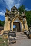 Portone dell'entrata del monastero di Maha Aungmye Bonzan Inwa Regione di Mandalay myanmar immagine stock