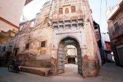 Portone della casa di pietra nell'area storica della città Immagine Stock Libera da Diritti