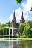 Portone della città con il ponte mobile a Delft i Paesi Bassi immagine stock