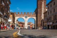 Portone della città di Verona con l'orologio, Veneto, Italia fotografia stock