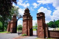 Portone della città universitaria dell'istituto universitario di Mt Holyoke fotografia stock libera da diritti