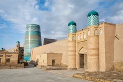 Portone della cittadella dell'Kunya-arca e del minareto secondario di Kalta in Khiva immagini stock libere da diritti