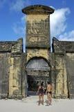 Portone della fortezza dell'arancia forte con la stemma Immagini Stock